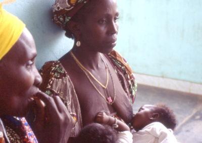 7-donna con due gemelli denutriti
